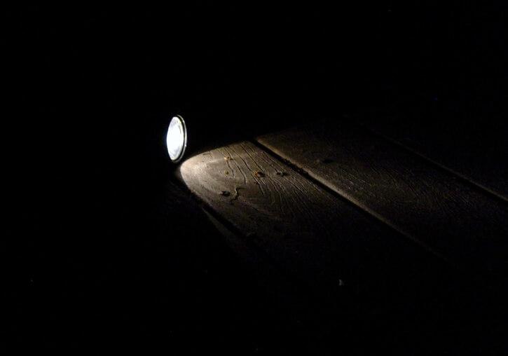 殺滅曱甴 用閃光燈和膠條識別問題區域